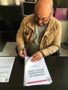 Adrien Brochard, jointeur à la machine à joint, signe sont contrat avec Artech joint en Vendée daans la ville de Cholet
